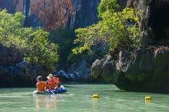 Thailand -15 januari 2017:: de reiziger kayaking om gezicht te zien Royalty-vrije Stock Afbeeldingen