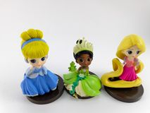 THAILAND Januari 2018: Prinsessalag på den vita samlingen för bakgrundsdisney leksak i marknadsföringsaktionen från Tesco Lotus E arkivfoton