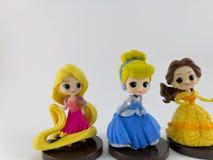 THAILAND Januari 2018: Prinsessalag på den vita samlingen för bakgrundsdisney leksak i marknadsföringsaktionen från Tesco Lotus E royaltyfri foto