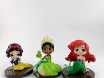 THAILAND Januari 2018: prinsessaleksaker på den vita bakgrund och disney leksaksamlingen i marknadsföringsaktionen från Tesco Lot arkivfoto