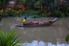 THAILAND, am 10. Juni 2013 Blumen- und frutsverkäufer an sich hin- und herbewegendem Markt Damnoen Saduak lizenzfreie stockbilder