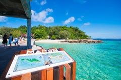 Thailand 16 Jyne 2017:: Härlig strand för Mai Ton ö i Phuke Arkivbild