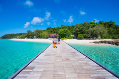 Thailand 16 Jyne 2017:: Härlig strand för Mai Ton ö i Phuke Royaltyfri Bild