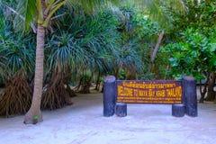 thailand Koh Phi Phi Island 04/05/2018 - Ett trävälkommet tecken på den berömda Mayastranden på den Koh Phi Phi ön i Krabien royaltyfri fotografi