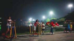 Thailand, Koh Samui, 14 december 2015 Mensensport opleiding openlucht in het park in de avond bij meer 1920x1080 stock footage