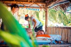 Thailand Koh Samui, 4 januari 2016 Dag i strandbrunnsort Thailändsk kvinna som gör massage arkivbilder