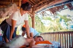 Thailand Koh Samui, 4 januari 2016 Dag i strandbrunnsort Thailändsk kvinna som gör massage royaltyfria bilder