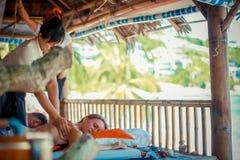 Thailand Koh Samui, 4 januari 2016 Dag i strandbrunnsort Thailändsk kvinna som gör massage royaltyfria foton