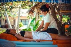 Thailand Koh Samui, 4 januari 2016 Dag i strandbrunnsort Thailändsk kvinna som gör massage fotografering för bildbyråer