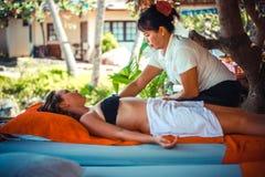 Thailand Koh Samui, 4 januari 2016 Dag i strandbrunnsort Thailändsk kvinna som gör massage royaltyfri foto