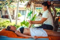 Thailand Koh Samui, 4 januari 2016 Dag i strandbrunnsort Thailändsk kvinna som gör massage royaltyfri bild