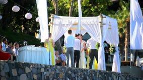 THAILAND, KOH SAMUI, 2 JULI 2014 Bruid en bruidegom stock video
