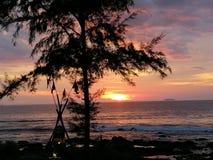 Thailand Krabi havssolnedgång Royaltyfria Bilder