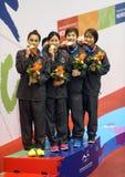 Thailand kvinnors lag för 4x50m fristil med guldmedaljen Fotografering för Bildbyråer