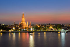 Thailand Landmark, Wat Arun - the Temple of Dawn water front at twilight Stock Images
