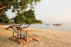 Thailand. Leunstoelen op het verlaten strand royalty-vrije stock fotografie