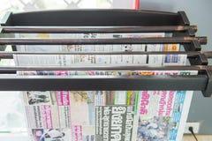 Thailand - 20. Mai 2016: Verschiedene Zeitung für das Ablesen Lizenzfreie Stockfotografie
