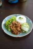 Thailand mat, chickenwithvitlök och peppar Arkivbilder