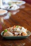 Thailand mat: Havs- sallad med den kryddiga mango Arkivbild