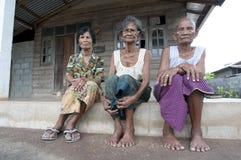 Thailand med kvinna tre framme av där hus Arkivbilder