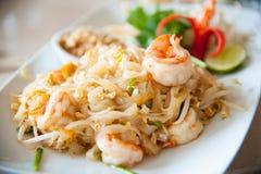 Uppståndelse-stekte ricenudlar med ägget, grönsaken och räkan (vaddera thailändskt), Royaltyfri Fotografi