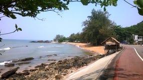 Thailand: Mycket litet hus på sjösidasikten arkivbilder