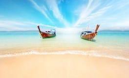 Thailand-Naturlandschaft Sandy-Strand- und -reiseboote auf Küste stockfotos