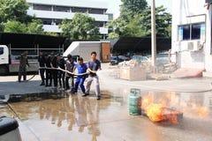 THAILAND-NOVEMBER 22: Branddrillborr och grundläggande utbildning för brandstridighet i Bangkok Royaltyfri Foto