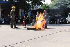 THAILAND-NOVEMBER 22: Branddrillborr och grundläggande utbildning för brandstridighet i Bangkok Royaltyfria Bilder