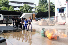 22 Thailand-NOVEMBER: Brandoefening en BasisBrandbestrijding die in Bangkok opleiden Royalty-vrije Stock Foto