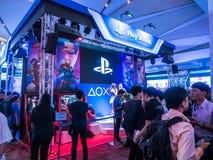 THAILAND - 4 November 2017: Laarzenspelen door PlayStation 4 De opgezette vertoningen bij het spel van Thailand tonen groot festi royalty-vrije stock fotografie