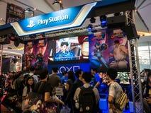 THAILAND - 4 November 2017: Laarzenspelen door PlayStation 4 De opgezette vertoningen bij het spel van Thailand tonen groot festi stock afbeelding