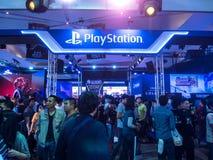 THAILAND - 4 November 2017: Laarzenspelen door PlayStation 4 De opgezette vertoningen bij het spel van Thailand tonen groot festi stock foto's