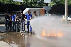 THAILAND-NOVEMBER 22: Pożarniczy świder i Podstawowy Pożarniczego boju szkolenie w Bangkok Obraz Royalty Free