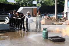 THAILAND-NOVEMBER 22: Pożarniczy świder i Podstawowy Pożarniczego boju szkolenie w Bangkok Zdjęcia Royalty Free