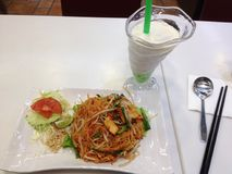 Thailand-Nudel mit Getränk Stockbild