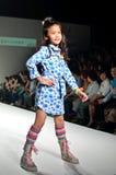 THAILAND, OCT 2013 VAN BANGKOK: Een model loopt de baan bij Gi Royalty-vrije Stock Afbeeldingen