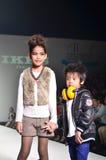 THAILAND, OCT 2013 VAN BANGKOK: Een model loopt de baan bij IK Stock Afbeelding