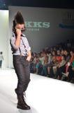 THAILAND, OCT 2013 VAN BANGKOK: Een model loopt de baan bij IK Stock Fotografie