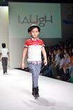 THAILAND, OCT 2013 VAN BANGKOK: Een model loopt de baan bij La Royalty-vrije Stock Afbeeldingen