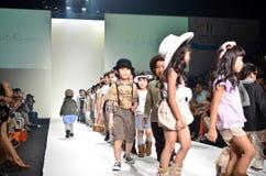 THAILAND, OCT 2013 VAN BANGKOK: Een model loopt de baan bij le Stock Afbeeldingen