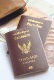 Thailand-Pässe und thailändische Banknote Lizenzfreies Stockfoto