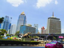 Thailand på byggnaderna för bilen för dagligt liv för middagar för frikänden för himmel för taxien för vägbangkok ramaIV de stors Fotografering för Bildbyråer