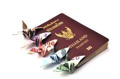 Thailand-Paß mit Vogelbanknoten Lizenzfreies Stockfoto