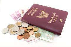 Thailand-Paß und siamesisches Geld Stockfoto