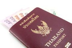 Thailand-Paß und siamesisches Geld Lizenzfreie Stockbilder