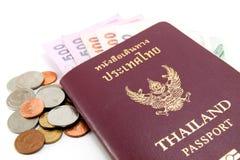 Thailand-Paß und siamesisches Geld Stockfotografie