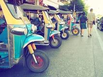 Thailand parkerar den infödda taxiappellen 'tuk-tuk 'i raden som väntar på en turist- passagerare royaltyfri fotografi