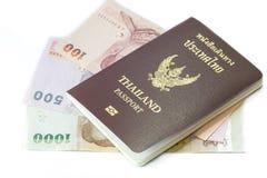 Thailand pass med thai pengar Arkivbilder