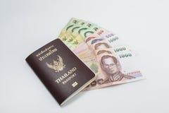 Thailand pass med thailändska pengar som är klara att resa Arkivbilder